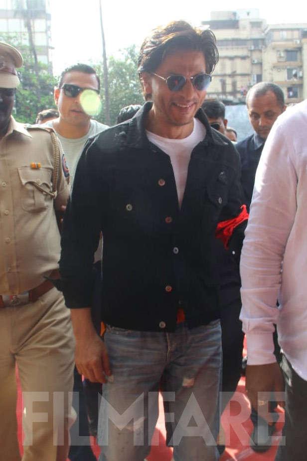 Shah Rukh Khan makes a stylish appearance at Bandra station