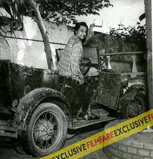 Kishore Kumar  with his famous Chalti Ka Naam Gaadi motor