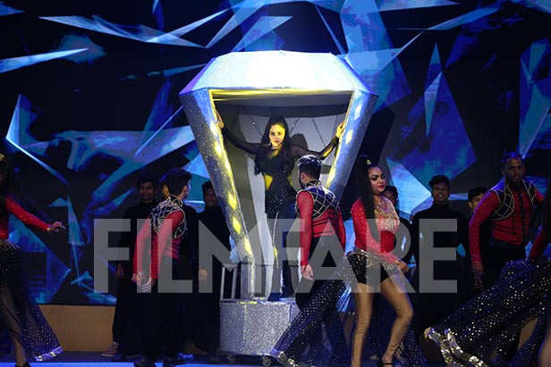 Amruta Khanvilkar & Manasi Naik Kharera mesmerize at the Planet Marathi Filmfare Awards (Marathi)