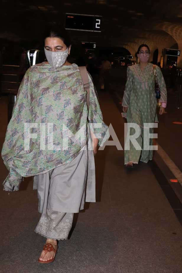 , Sara Ali Khan clicked at the airport with mom Amrita Singh, Indian & World Live Breaking News Coverage And Updates